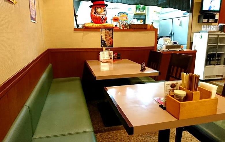 左介のテーブル席